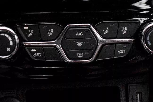 车载空调的制冷开关键,按下这个键,压缩机就会开始工作,开始吹出冷风