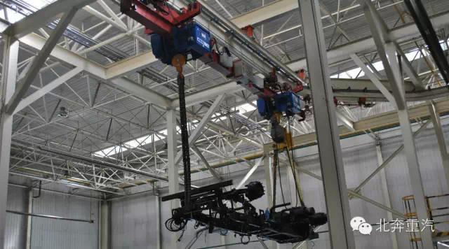 7、发动机与变速器安装.发动机和变速器在预装车间完成组装后,再