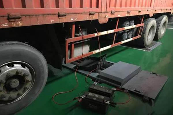 卡车电路发生故障时,有时会出现冒烟,火花,异响,焦臭,发热等异常