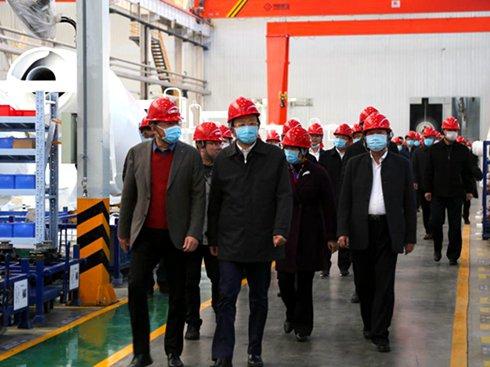扬州市四套班子领导观摩中集通华数字化罐车工厂